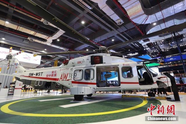 """11月5日,首届中国国际进口博览会隆重开幕。来自意大利的""""吸睛""""展品意大利莱奥纳多直升机(型号AW189)正式亮相。据悉,该型号直升机价值2亿元人民币,被誉为本届展会最昂贵的展品,此次展出也是它的中国首秀。图为该架直升机价值2亿人民币,被誉为本届展会最昂贵的展品。"""