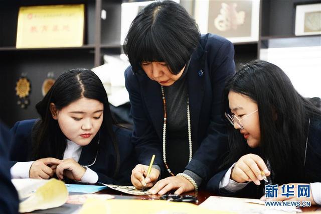 张琳在哈尔滨轻工业学校讲授鱼皮画制作技艺。国家级非物质文化遗产赫哲族鱼皮制作技艺是我国赫哲族传统手工艺术。作为这项技艺的黑龙江省级传承人,十余年来,张琳一直从事鱼皮画的研究和创作。