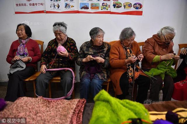 2018年11月1日,老人在织爱心毛衣。在昆明医科大学第一附属医院有个由离退休职工组成的毛衣编织队,19位队员平均年龄达75岁。