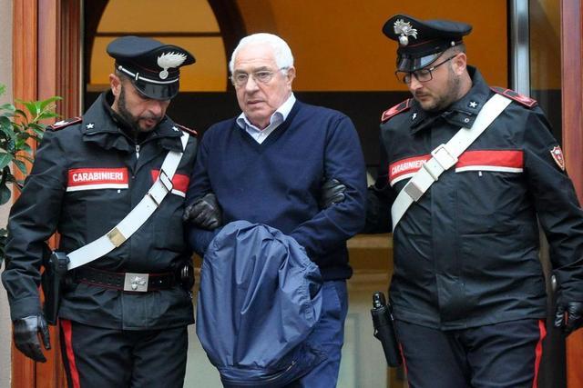 当地时间2018年12月4日,意大利西西里首府巴勒莫,西西里黑手党的新头目、珠宝商Settimino Mineo被捕,被押送离开警察局。