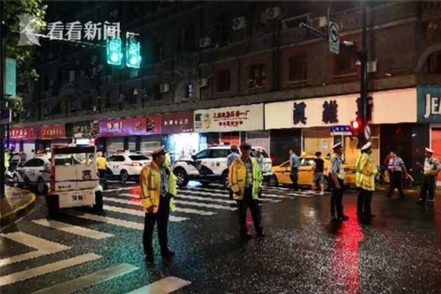 2018年8月12日晚21时40分许,上海黄浦区南京东路132号一商店店招脱落,砸伤9名过路群众,当即送医救治。