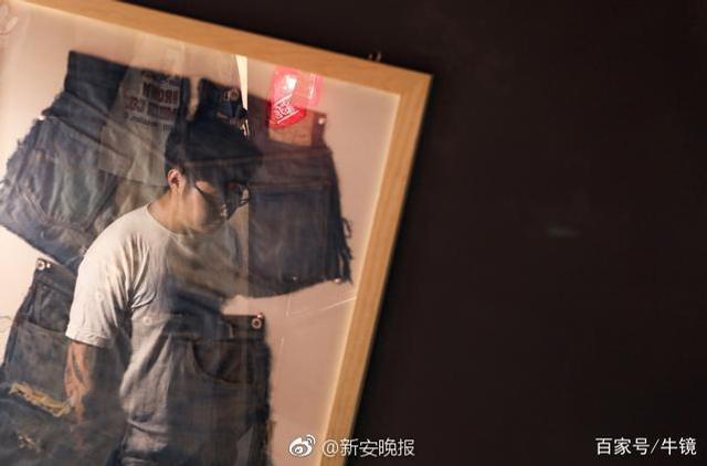 """一次偶然的机会,来自安徽宿州的90后小伙刘云强迷上复古牛仔,为修补易破的牛仔裤裆,他从国外买来一堆报废古董缝纫机,重装后专门开网店给人补裤裆。一年下来补2千个裤裆,收入近百万,《何以笙箫默》演员谭凯都找他补过裤裆。""""是补裆让以前很爱玩的我浪子回头。""""刘云强说。"""