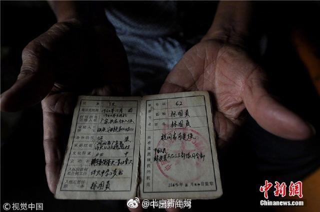 """77岁的吴洪甫,曾是空军地空导弹部队二营一名标图员。50多年前,他与战友两次击落美制U-2高空侦察机,被授予个人一等功。退役后为保守国家军事机密,他""""隐姓埋名""""37年。他说,""""军功,不是用来换求好处的。""""致敬!(中国新闻网)"""