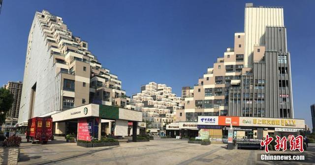 """9月6日报道,日前,江苏花桥""""金字塔式""""山体建筑因独特建筑外观,自下而上向内缩进的新颖设计,在国内外社交平台上引发热议。来源:中国新闻网"""