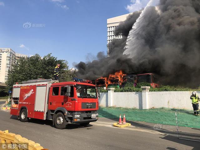 2018年9月9日,南京市建邺区扬子江大道208号靠南京市水务集团附近一空地停放的报废公交车起火,消防赶赴现场处置。目前明火已被扑灭,无人员伤亡。
