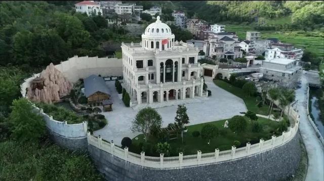 """近日,浙江温州的三幢违章别墅被强制拆除,据传造价超过两亿元,被当地村民称为""""皇宫""""。"""