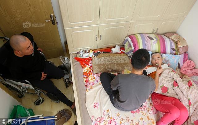2018年5月13日,大连。家中的顶梁柱倒了,作为大学生,父母的骄傲,本该在大学校园愉快学习的刘雨恒,却不得不用柔弱的肩膀扛起家庭的重担,成了家中的主心骨。来源媒体:视觉中国