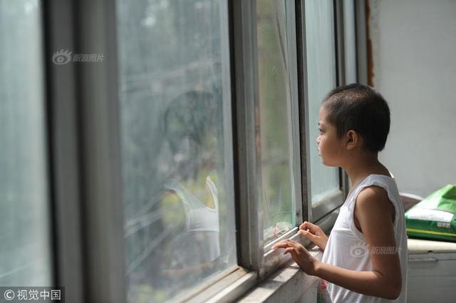 8月7日,山西儿童医院外一出租屋内,冯佳佳在窗口遥望远方。这个来自大山的孩子,出生12天便被妈妈抛弃。爸爸常年在外打工,她由爷爷奶奶带大,3个月前被确诊为白血病。这是她第一次走出大山,却是医院和出租屋两点一线。1天前,医生告知病情危急需转院,可家里再也拿不出一分钱。