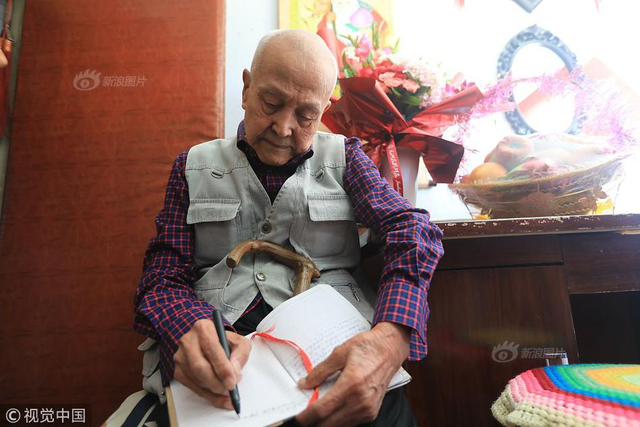 2018年9月7日,长春珲春街附近,一间老式职工宿舍楼内充满了文化的味道,这里成了教师之家。岁数最大的老师102岁,剩下四位老师,最小的也已经43岁了。