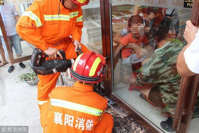 2018年9月9日,湖北襄阳市樊城区牛首镇新合作市场一零食店,有一小孩的手被卡在推拉门轴侧缝里无法取出,疼得哇哇大哭。