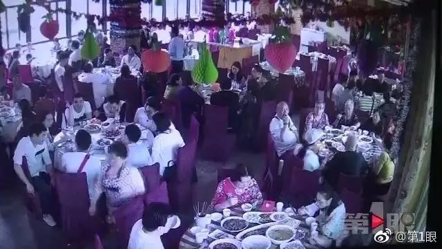 徐先生在重庆南山经营一家休闲山庄,5月1日,山庄承办了一对新人的结婚宴席。监控显示,当天,亲朋好友欢声笑语,场面喜气洋洋。但让徐先生和员工们没有想到的是,宴席吃完,宾客散去,新娘新郎也走了个干净,婚宴13000多元费用至今无人结算。来源:第一眼