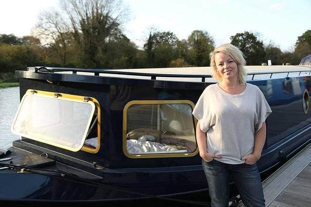 """据《每日邮报》5月8日报道,来自英国的Karen Boswell今年35岁,她历时四个月设计装修了一艘名为Maybe Tomorrow的船,该船长70英尺(约21米),现价值18.2万英镑(约157万人民币)。Boswell现在正生活在这艘船上并称这是自己梦想中的""""房子""""。"""