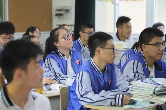 5月15日,在浙江省杭州市第十一中学高一(3)班课堂里,学生们听得格外认真,甚至连打盹、东张西望的都没有。只因为该校最近引进了一个神器,犹如一双天眼,能把学生的课堂行为一网打尽:只要谁睡觉了,开小差了,马上就能够识别出来。