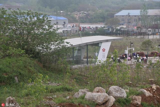 2018年4月14日。江苏省南京市。南京市地铁4号线灵山站,现最荒凉地铁站。记者来到地铁灵山站。出站后就看到一片片的荒地,还有几座小山。灵山站有3个出站口,目前已开放2个。周边没有柏油马路,只有一条小路。