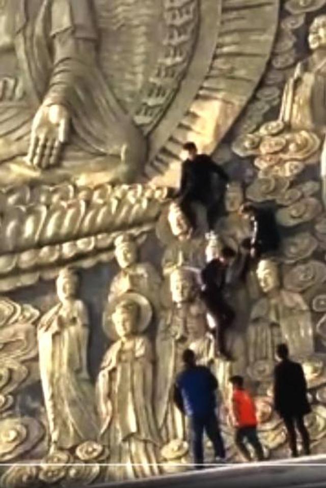 """""""这是香严寺的一个大门。""""目击者余先生指,他当日从该处进入寺内后,即看到很多人往佛像身上爬去。"""