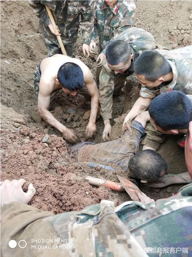 董建峰是武警南充支队执勤三中队中队长,3月8日下午,他带领50余名战友进行五公里武装越野训练途中,接到群众求助称,有工人在施工作业时被垮塌的泥土掩埋。这群小伙子赶紧赶到现场展开救援,因担心机械作业会对被埋工人造成二次伤害,他们决定徒手刨土救人。经过一个小时左右的救援,两名被埋工人成功救出。(来源:成都商报)