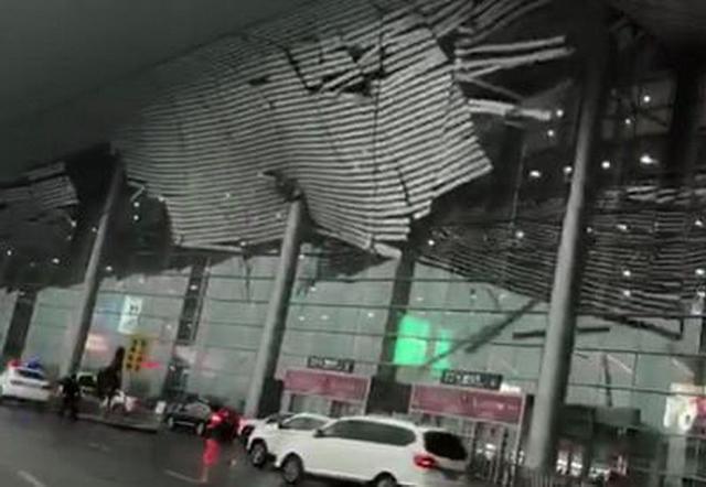 """3月4日下午4时左右,据多名网友发布视频显示,在大风天气中,南昌昌北机场屋顶有疑似装饰板材的条状物掉落。随后,南昌气象台、中央气象台等官方微博转发视频,并在配文中提及""""昌北机场测到的最大雷雨大风为37米/秒。""""来源:澎湃新闻"""