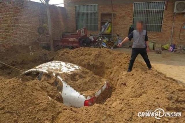 西部网3月14日报道,陕西省渭南市大荔县男子梁某晚上在交通肇事撞伤人后驾车逃逸,因为害怕承担刑事责任,他竟然在自家院内挖个大坑掩埋肇事轿车企图毁证据。迫于警方强大压力,梁某在父亲催促下,3月11日下午向大荔警方投案自首。