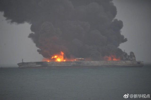 """中国交通运输部1月8日在官网发布消息称,巴拿马籍油船""""桑吉""""轮(SANCHI)与香港籍散货船""""长峰水晶""""(CFCRYSTAL)轮在长江口以东约160海里处发生碰撞。""""桑吉""""油船载有大约13.6万吨凝析油。事故造成""""桑吉""""全船失火,目前该油轮仍在燃烧,海面上有油污。"""