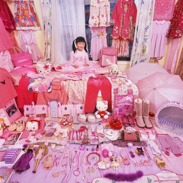 韩国摄影师Jeongmee Yoon从2005年开始拍摄《粉色与蓝色》系列。在小男孩和小女孩的房间中,摆放着他们的私人物品。她注意到她的女儿想要粉红色的东西,而且这不是一个偶然现象。这样显现出了许多问题,比如性别与消费之间的关系等。Yoon的拍摄灵感通常都来源于人类的习惯,社会结构以及消费主义。