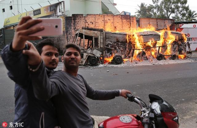 当地时间2016年9月12日,印度班加罗尔,卡纳塔克邦的暴徒焚烧归属于毗邻的泰米尔纳德邦的车辆,抗议印度最高法院要求位于高韦里河上游的卡纳塔克邦向下游泰米尔纳德邦放水的裁决。