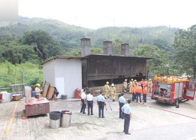 """新华网香港9月10日消息,香港3名消防员10日在救助一名落入道观""""化宝炉""""的女子时受灼伤,被送往医院。据估计,当时炉内温度高达400至600摄氏度。"""