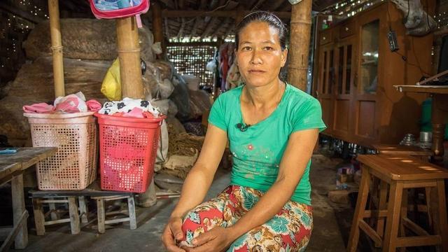 """9月10日报道,生于缅甸东北部掸邦的Hamben早在20年前嫁给一个离她家不远、住在边境上的中国男子。如今面对采访回首往事,Hamben显得轻松从容,""""他们(Hamben的父母)告诉我他们的打算,于是我遂了他们心愿,最后嫁给了中国男人。""""图为Hamben。图文:央视新闻"""