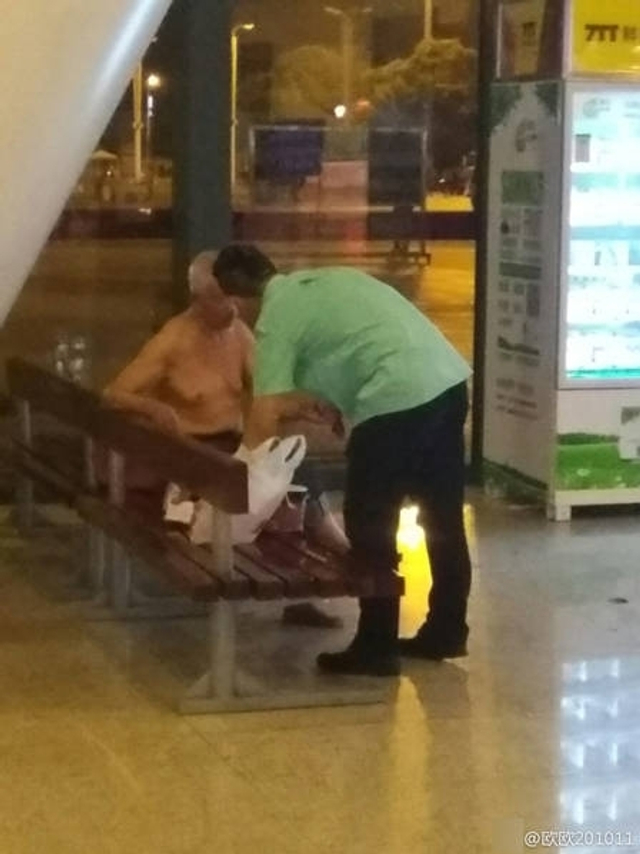 9月7日晚,一名流浪汉晚上到湖北武汉火车站一快餐店里乞讨,因店面里不准乞讨,店员见状后将其请出店外,随后这名店员买了快餐,送到店外,给乞讨流浪汉吃。这一幕被人拍下。