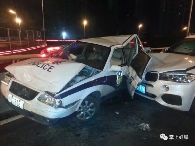 9月8日,在安徽蚌埠市解放路立交桥上,一辆出警的警车被一辆宝马车从后方撞上,警车车尾严重变形。事故造成现场出警警察中两人受伤,一名老人身亡。
