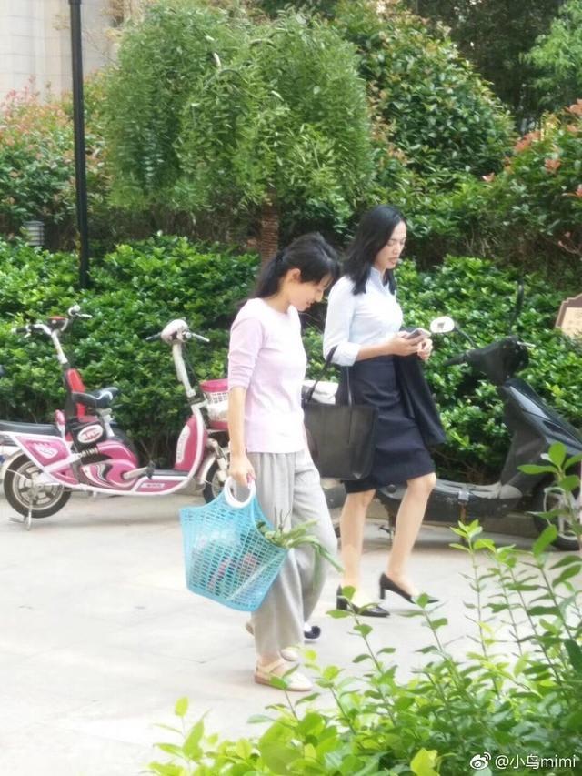 新浪娱乐讯 近日,网友曝光一段马伊琍与姚晨一同在连云港拍摄新戏的视频,从路透猜测,马伊琍饰演的是一名保姆,为都市白领姚晨工作。