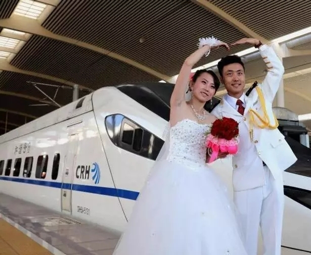 2017年9月9日,一对新人出现在哈尔滨西站站台上,在近百名亲朋好友的簇拥下走进D6907次列车的车厢,他们要赶到大庆去举办婚礼。图文:黑龙江晨报