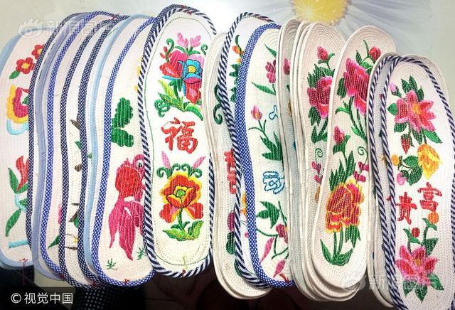 """2017年10月7日,郑州的卫卫从老家汝州返程时,带回了奶奶和母亲亲手缝制的17双鞋垫。 """"这都是她们一针一线缝出来的,根本不舍得穿。"""""""