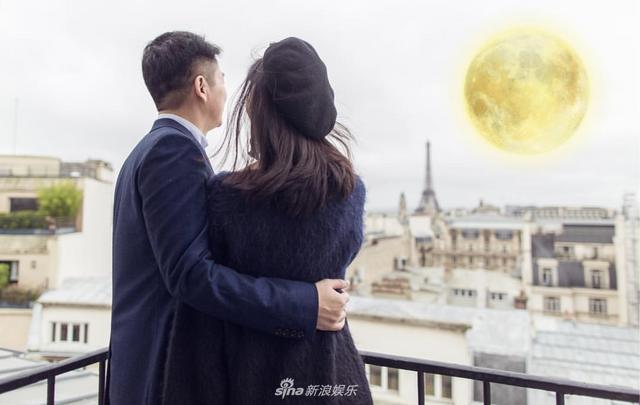 新浪娱乐讯 日前,奶茶妹妹章泽天在社交平台更新美照,获老公刘强东搂腰看圆月,甜入心扉。