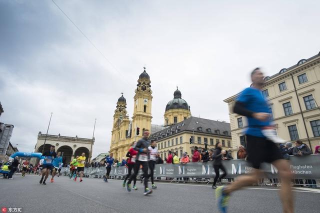 当地时间2017年10月8日,德国慕尼黑,2017慕尼黑马拉松落幕,德国选手韦恩斯多费尔以2小时27分50秒夺得男子组冠军,另一位本土选手比安卡以2小时49分35秒获得女子组冠军。
