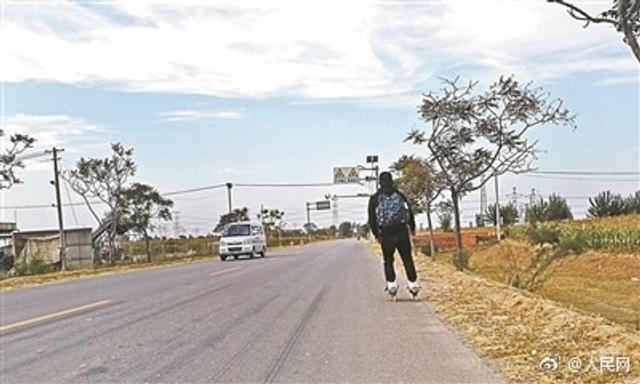 """近日,两名大学生利用国庆假期,踩轮滑从山东到北京,用5天半完成了567公里的""""长途刷街""""。"""