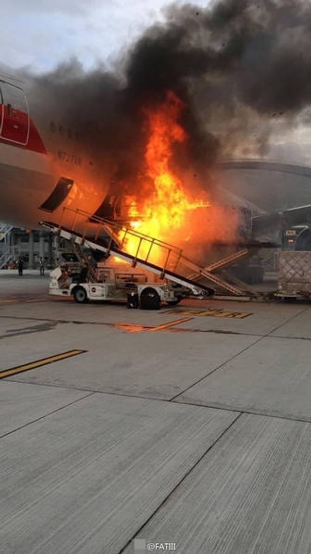 10月9日17时许,一架美国航空飞机在香港机场发生火灾,记者从拍摄的照片中看到,起火的是正在向飞机货舱内传送的货物,起火时货物虽然未运进客舱,但明显可见飞机也受到火灾波及,现场烟雾弥漫。随后,消防人员到场并及时灭火,但仍有不少货物损毁。目前消防正调查起火原因。