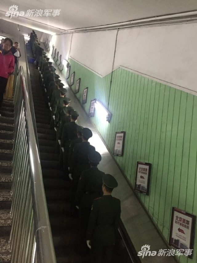 北京朝阳门地铁站的中国军人(来源:周周小园 )