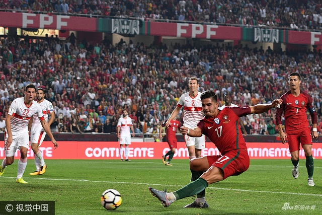 北京时间10月11日02:45(葡萄牙当地时间10日19:45),2018世界杯欧洲区预选赛B组一场焦点战展开争夺,葡萄牙主场2比0取胜瑞士,前阿森纳中卫朱鲁摆乌龙,安德列-席尔瓦扩大比分,C罗错失单刀。葡萄牙9连胜夺回头名直接出线,9连胜被终结后的瑞士以净胜球劣势获得小组第二。