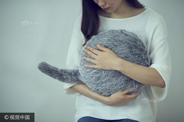 2017年10月10日讯(具体拍摄时间不详),你是否只是享受抚摸宠物狗/猫的那种感觉,但是害怕生老病死的离别呢?近日日本公司Yukai Engineering带来的Qoobo能够解决这个问题,它是一个柔软的圆形垫子,内部的机器能够模仿宠物在人类抚摸的时候做出反应。供图:视觉中国