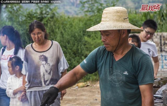 """近日,来自河南的高师傅夫妇来到吕梁一农村,为村民们""""倒铝锅"""",引来许多村民围观。随着人们生活水平的提高,倒铝锅的老传统渐渐地淡出人们的视线,但是不少农村老人,仍偏爱用这种厚实的铝锅、铝盆。"""