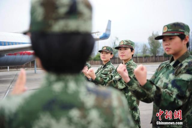10月10日,在武警山西总队某新训大队训练场,女兵排新兵们正在进行擒敌术基础动作训练。响亮的呼号声响彻在训练场上空,个个女兵毫无娇弱之气,擒敌训练虎虎生风。 袁浩翔 摄