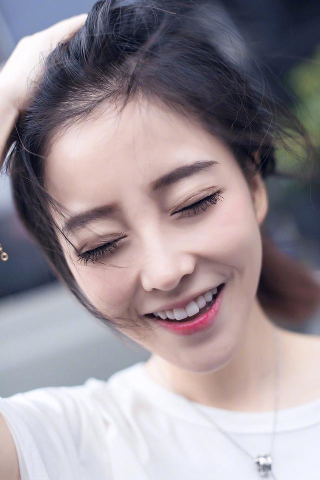 新浪娱乐讯 日前,主播冯提莫在微博晒出一组白T写真,十分清纯可人。