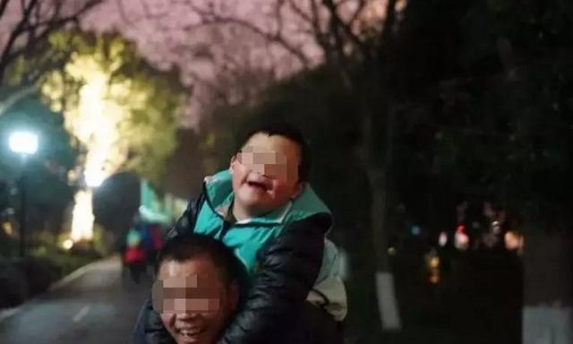 浙江杭州有这样一位爸爸,两年前,他无意间发现参加徒步能改善儿子唐氏综合征的病情,于是毅然放弃拳击爱好,扛上7岁的儿子参加了徒步队,每天绕西湖暴走8.5公里。来源:钱江晚报
