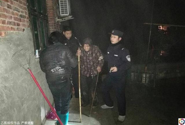 安徽枞阳县80岁的吴奶奶有些神志不清。1月4号下午,冒着雪出了门,直到天黑也没有回家。家人找了很久都没有找到,担心老人遇到危险,选择报警。经过警察和家人三个多小时的苦苦寻找,最终,人们在她老伴的坟前找到了吴奶奶。来源:乙图
