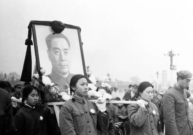 2018年1月8日,是周恩来总理逝世42周年的纪念日。当年送你的十里长安街,如今已是十里繁荣。山河犹在,国泰民安,这盛世,如你所愿……图为1976年1月8日,周恩来在北京逝世,享年78岁。这是人们抬着周总理画像走向人民英雄纪念碑。新华社发(资料照片)