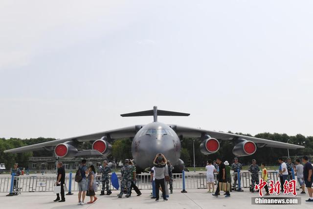 8月10日,中国空军航空开放活动在长春举办。在空军武器装备静态展上,中国空军运-20飞机零距离走进公众。据介绍,此番展示的装备包括歼击机、轰炸机、运输机等。中新社记者 张瑶 摄