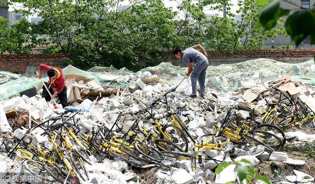 """2018年5月8日消息,成都。7日上午11点过,在成都市武侯区武兴五路附近,编号为""""23130714""""的一辆共享单车重见天日。约两月个前,有人扫码将它骑行到附近,之后便成为""""沉默车"""",直到有人发现它被埋在建渣之下。供图:刘陈平/视觉中国"""