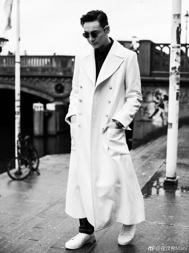 新浪娱乐讯 12月6日,经纪人发布了一组陈伟霆亮相德国街头的照片。照片中,他身穿一件白色大衣,内搭黑色牛仔衬衫,一身黑白配尽显绅士格调。