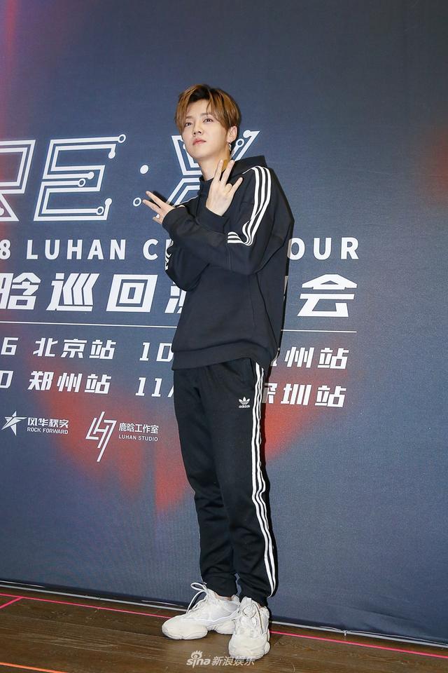 """新浪娱乐讯 9月25日下午,鹿晗2018 RE:X巡演媒体探班会在京举行。在被问及此次演唱会的彩排强度及进度时,鹿晗表示每天都在高强度练习,现在状态爆表,对舞台充满期待,甚至感觉""""明天就能开演唱会了""""。摄影/王博"""