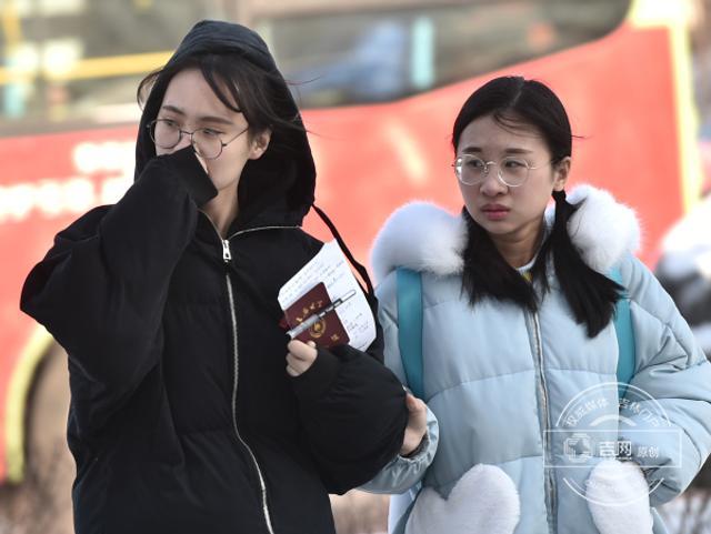 """1月10日,""""三九""""第二天,2天的降雪过后,冷空气毫不客气地来了。市民外出,冷风刮在脸上如同刀割,不少市民全副武装抵御严寒。"""